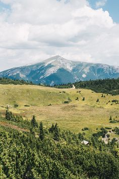 VANILLAHOLICA Guide für Österreich auf VANILLAHOLICA.com Österreich ist ein Paradies für alle Naturliebhaber. Ganz gleich, ob es um die wunderschönen und atemberaubenden Bergkulisse der Alpen geht. Oder ob es sich um die blauen, bis türkisblauen Seen handelt, die im Sommer kühlen. Im Sommer lässt es sich in Österreich perfekt wandern, klettern, Mountain biken, und anderen Outdoor Aktivitäten nachgehen. In der kälteren Jahreszeit hingegen bieten viele Ferienregionen perfekte Skigebiete zum… World Pictures, Mount Rainier, Austria, Camping, Travel Inspiration, Mountains, Awesome, Nature, Image