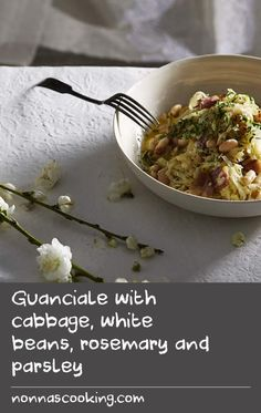 A classic combination, this is a handy little recipe as it has the heartiness of white beans, yet the zest and the bite of the cabbage freshen it up nicely as a spring dish. A very good side dish but also good for breakfast with an egg. Crab Recipes, Side Dish Recipes, Beans Recipes, Dishes Recipes, Candy Recipes, Egg Recipes For Breakfast, Delicious Breakfast Recipes, Breakfast Dishes, String Bean Recipes