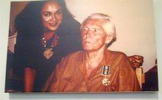 María reiche el dia que recibió la nacionalidad peruana y fue condecorada por la Fuerza Aérea