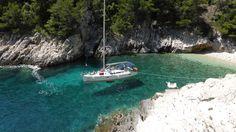 Kleiner Tipp für alle die noch auf Urlaubssuche sind: Ihre #Segelyacht in einer einsamen Bucht, relaxen und die Leichtigkeit des Lebens genießen. Sailing Yachts, Sailing, Caribbean, Croatia, Greece, Majorca, Italy