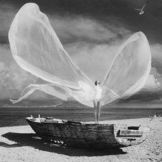 Apesar Dos pesares Que muitas vezes Pesam Ela sabe ser leve E de fato Forte Como o vento. Gabriel Rodrigues @OlhardeMahel #GabrielRodrigues @artpeople_gallery #poesia #poema #ilustração #OlhardeMahel #drawing #inspiração #poeta #palavra #mododesentir #sentimentos #sentido #imagem #desenho #fpolhares #instagram #pinterest #facebook #inspiration http://ift.tt/2cQBkVM