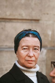 Simone de Beauvoir, the day she was selling the banned newpaper La Cause du Peuple on the streets. (I love this picture, I love her wrinkles, each one of them reminds. Jean Paul Sartre, Le Castor, Divas, Feminist Theory, Portraits, Ideal Man, Book Writer, French Photographers, Playwright