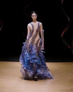 LOOK 05 - Sensory Seas - Iris van Herpen - Couture Bold Fashion, Unique Fashion, Runway Fashion, Fashion Art, Fashion Images, Fashion Show, Fashion Outfits, Fashion Details, Fashion Design Portfolio