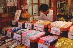 Flashback de quelques mois… Et Retour en terre nippone! Nous vous avions partagé quelques conseils et information sur le Japon Il y a quelques temps de cela… Nous avons récidivé avec 5 autres choses à savoir sur ce beau pays : C'est par là : http://www.lechameaubleu.com/2016/06/japon-5-choses-bis.html  #Voyage #Trip #Travel #Japon #Japan #Conseil #Advice #Omamori #Amulette #PorteBonheur grigri #Kombini #Tourist #Tourisme #astuce #tip #advice #Asie #Asia #Nippon #Japanes