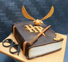 Gateau Harry Potter, Cumpleaños Harry Potter, Harry Potter Birthday Cake, Harry Potter Book Cake, Harry Potter Enfants, Cupcakes Decorados, Creative Cakes, Themed Cakes, Cake Art