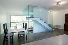 Cage d'escalier avec garde-corps en verre feuilleté trempé avec un film coloré Vanceva au milieu