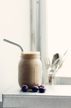 Blueberries Mylk with banana, hemp seeds, cinamoon and cashew butter