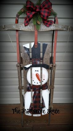 10 Cute and Simple Spring Wood Crafts Diy For You to Try Christmas Sled, Christmas Wood Crafts, Outdoor Christmas Decorations, Primitive Christmas, Rustic Christmas, Christmas Projects, Holiday Crafts, Holiday Decor, Primitive Crafts