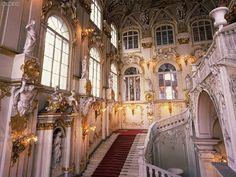 El Museo Estatal del Hermitage se dice que es uno de los mayores museos del mundo. Tiene más de 3 millones de diferentes tipos de arte en ella. El museo está situado a lo largo del terraplén en el Palacio de San Petersburgo.
