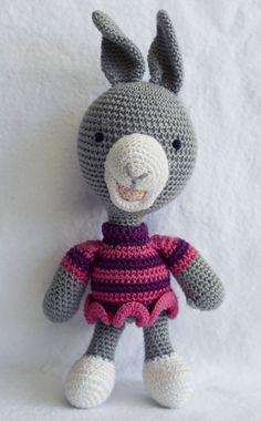 In de lijn van aapje Aart heb ik nu ook een gratis haakpatroon van konijntje Karin gemaakt. Veel plezier met haken!   Afmeting: 28 cm (van o...