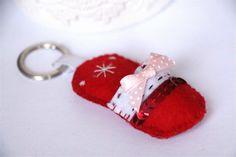 Porte-clé chausson de Noël rouge et blanc en feutrine : Porte clés par katagena7