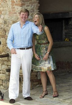 Kroon Prins Willem-Alexander en Prinses Maxima lachen tijdens een fotosessie op 4 juli 2011 in Tavernelle, Italië