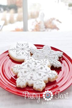 Delicately iced snowflake cookies from Pastry Tart Bakery Snowflake Christmas Cookies, Christmas Sugar Cookies, Christmas Sweets, Christmas Cooking, Holiday Cookies, Cupcakes, Cupcake Cookies, Fancy Cookies, Iced Cookies
