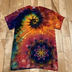 Fabric Painting, Fabric Art, Tiy Dye, Tie Dye Tapestry, Tie Dye Crafts, How To Tie Dye, Ice Dyeing, Kinds Of Fabric, Tie Dye Designs