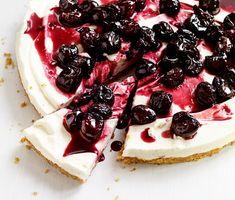En somrig cheesecake med syrliga körsbär på toppen. Enkel att variera, för den som har varit ute på bärplockning – färska smultron, blåbär eller jordgubbar passar minst lika bra!