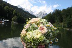 Sommerlicher Brautstrauß vor der Kulisse des Riessersees