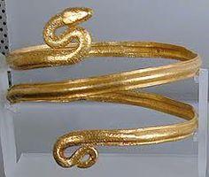 los romanos Usaban en joyería el oro, la plata, la pasta vítrea, piedras preciosas, perlas etc. Los collares y brazaletes de oro y pasta vítrea.