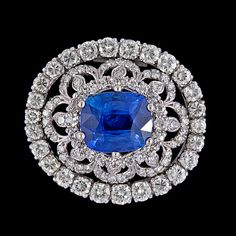 A blue sapphire, 4.89 cts, and diamond brooch, tot. app. 3 cts.  Platinum. Quality app G-I/VS-SI. L. 2,8 x 2,5 cm