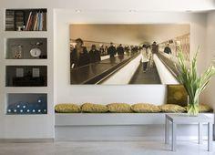 ניתן ליצור בקיר נישת גבס המחולקת למדפים כתחליף לספרייה ניידת, נישות גבס בחלל שתוכנן על ידי אדריכלית הפנים שירה לביא