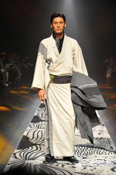 Jotaro Saito Fall/Winter 2016/2017 - Mercedes-Benz Fashion Week Tokyo Tokyo Fashion, Harajuku Fashion, Kimono Fashion, Male Fashion, Korea Fashion, India Fashion, Street Fashion, Fashion Trends, Japanese Costume