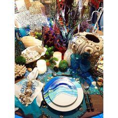 Hoje vou de overpost de mesas!!!  Fui também conferir a mostra de mesas de Natal na Artefacto essa mesa da foto é inspirada em Cote d'azur pelo maravilhoso @luispedroscalise louça super original pintada à mão por ele eu fico encantando com o trabalho do Scalise ele é demais!  #bibianaexperience #lardocecasa #mesaposta #artefactobrasil