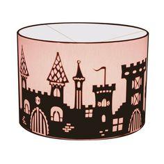 Toverlamp Burcht is echt een lamp voor in de ridder-of prinsessenkamer. Honderden trappetjes leiden je naar de top van de toren waar de vlaggen wapperen.