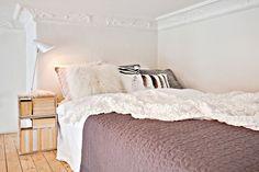 Jurnal de design interior - Amenajări interioare : Dormitor suspendat într-o garsonieră de 35 m²