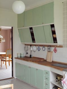 Looks sooooo like my childhood kitchen! Although it was yellow but still LOVE IT!!!!!!