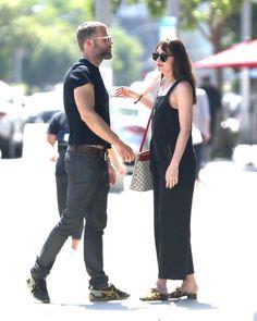 Paparazzi : DAKOTA JOHNSON sort avec un ami à West Hollywood 15/06/2017