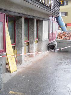 19. Mai 2015 - Im Parterre wurden die ersten Vorbereitungen für die neuen bodentiefen Restaurantfenster gemacht. Morgen folgt der Einbau der neuen Glasfront.