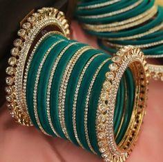Indian Bridal Jewelry Sets, Indian Jewelry Earrings, Bridal Bangles, Fancy Jewellery, Jewelry Design Earrings, Hand Jewelry, Stylish Jewelry, Fashion Jewelry, Tikka Jewelry