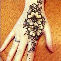 Henna Simple Henna Tattoo, Henna Tattoo Hand, Hand Tattoos, Cool Tattoos, Mehendi, Dulhan Mehndi Designs, Bridal Mehndi Designs, Pretty Henna Designs, Henna Art Designs