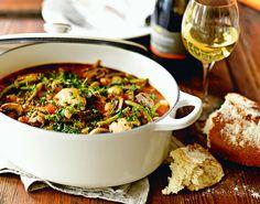 Kylling, bønner, hvitvin og mange deilige smaker fra grønnsaker og urter samlet i en gryte