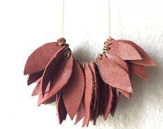 Collar hojas de cuero rojo