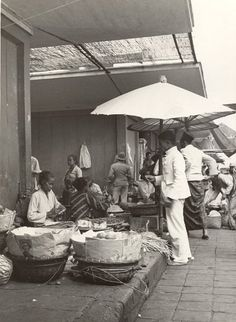 Pasar di Bandoeng sekitar th Traditional Market, Amsterdam Holland, Dutch East Indies, Rotterdam, Old Pictures, Bali, The Past, Black And White, History