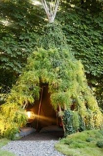How fun is this green teepee: build one in the backyard! Just let the vines grow.....
