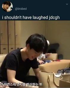 Lol there's so much going on in this video ? jimin se engasgando e namjoon cheirando a pinta S Videos, Bts Funny Videos, Bts Memes Hilarious, Bts Boys, Bts Bangtan Boy, Bts Jimin, Namjoon, Taehyung, K Pop Wallpaper