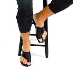 Sandales pour hommes toboggans en cuir noir sandales | Etsy Toe Loop Sandals, Slip On, Etsy, Fashion, Clothing, Boho Sandals, Beach Sandals, Mens Slip On Sandals, Greek Sandals