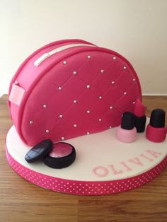 Make-up bag cake / purse cake / make-up cake Bolo Channel, Fondant Cakes, Cupcake Cakes, Makeup Birthday Cakes, Cake Designs For Girl, Spa Cake, Handbag Cakes, Make Up Cake, Birthday Cakes For Women