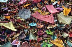 12.11 Ces fidèles hindous s'apprêtent à collecter du riz.Photo: AFP/Dibyangshu Sarkar