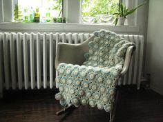 淡い水色と白の配色が優しい印象ですね。ベンチやソファーにかけてインテリアのアクセントとして使っても絵になります。 Throw Pillows, Home, Toss Pillows, Cushions, Ad Home, Decorative Pillows, Homes, Decor Pillows, Scatter Cushions