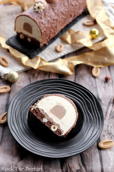 Bûche au praliné et chocolat Dulcey – Rock the Bretzel Dulcey praline and chocolate log – Rock the Pretzel Rock The Bretzel, Sweet Recipes, Cake Recipes, Chocolate Mousse Cake Filling, Chocolate Log, Confectionery, Food Inspiration, Cake Decorating, Bakery