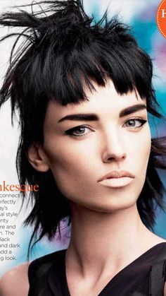 Intentionally uneven bangs have an effortlessly cool, It girl vibe. If you're looking for some runway inspiration, we've rounded up 17 uneven bang hairstyles that have major I-did-it-myself style. Punky Hair, Medium Hair Styles, Short Hair Styles, Hair Expo, Mullet Hairstyle, Foto Fashion, Wavy Bob Hairstyles, Modern Haircuts, Creative Hairstyles