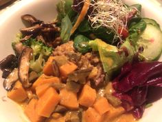 Abendessen im The Bowl - besser einen Tisch reservieren.  #berlin #vegan #essen Berlin Vegan, Seaweed Salad, Restaurants, Ethnic Recipes, Food, Food Dinners, Table, Meals, Restaurant