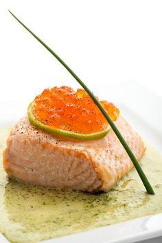 Με λίγες θερμίδες: σολομός με sauce από μουστάρδα.  Ο σολομός φιγουράρει στη λίστα με τις τροφές που κουβαλούν ένα σωρό βιταμίνες και είναι και φιλικές προς τη σιλουέτα μας. Εκμεταλλευτείτε το!