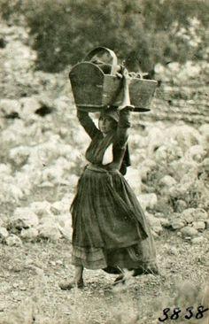 Μεταφορά της κούνιας. Vintage Pictures, Old Pictures, Old Photos, Greece Pictures, Old Greek, Greece Photography, Greek History, The Past, Black And White
