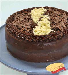 """""""Bolo Casadinha"""" (Aro 24) -  Bolo de chocolate recheado com creme de chocolate ao leite e branco."""