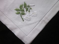 Flower Embroidery - i really like the ideas on this site Embroidery Stitches Tutorial, Hand Embroidery Patterns, Embroidery Techniques, Embroidery Applique, Flower Embroidery, Embroidery Companies, Embroidered Bedding, Textiles, Vintage Handkerchiefs