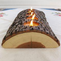 Ce bougeoir original en bois est fabriqué à partir d'un belle bûche fendue dans la longueur. Elle est creusée pour y déposer de petites bougies. C'est une idée simple et un objet de décoration facile à réaliser. Elle décorera joliment votre table et impressionnera...