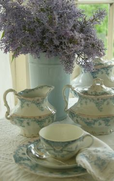 pale blue tea set.....I really like this color~